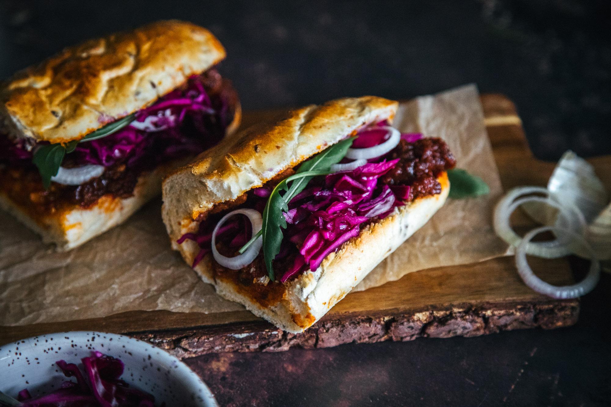 Pikkelöidyllä punakaalilla tuunatut BBQ-paninit